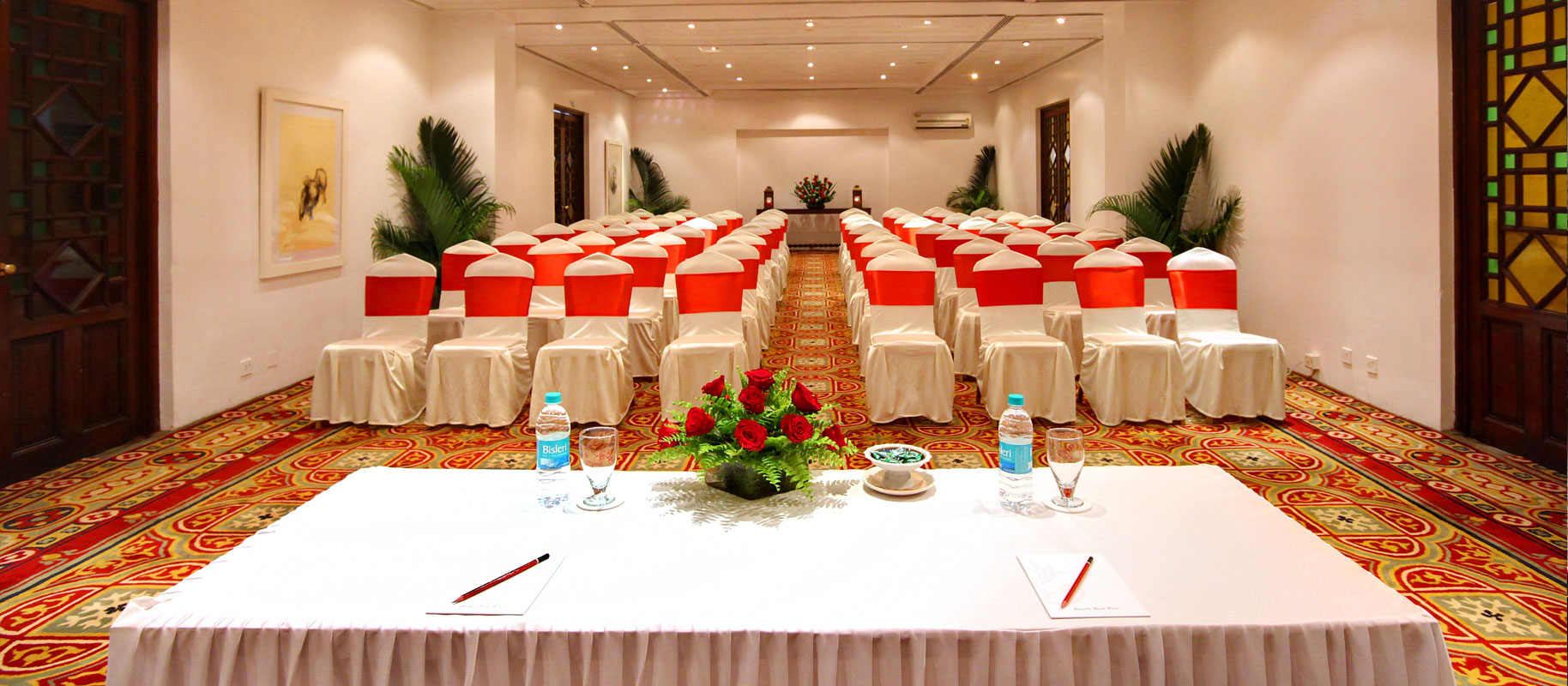 Conference_hall_with_theatre_style_seating